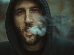 Hur upptäcker man att någon har ett missbruk?